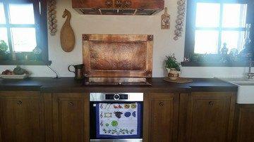 I gałki kuchenne, i elementy kuchni zrobione są z miedzi