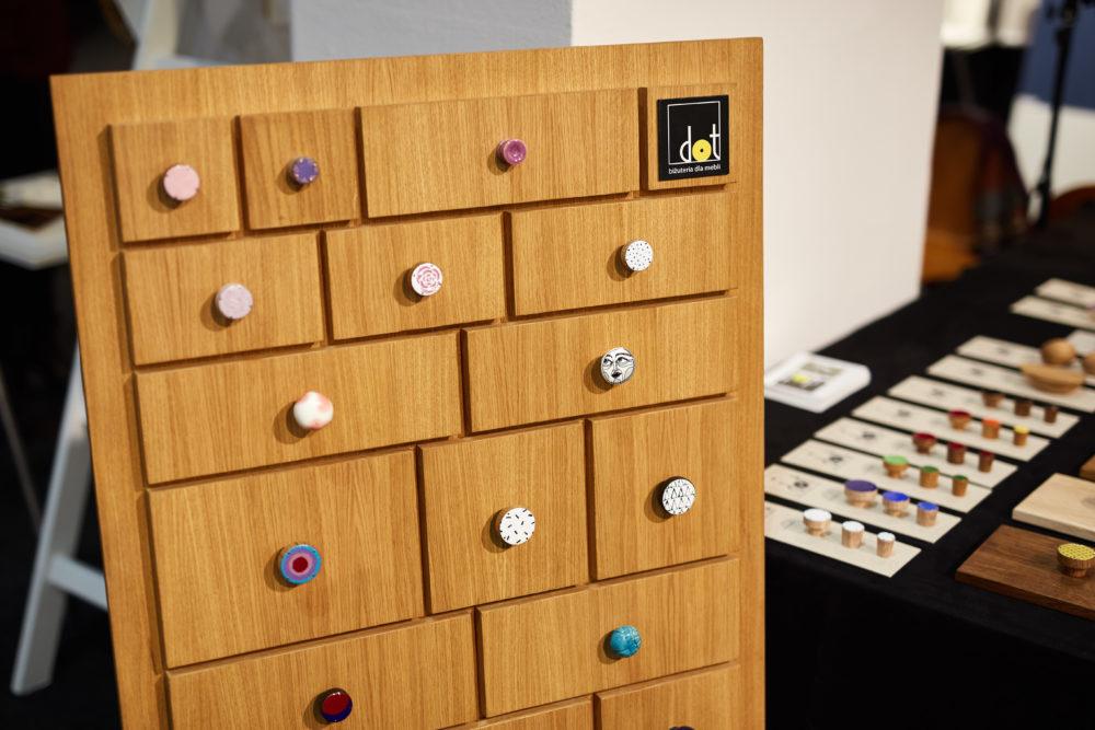 Nasze gałki i uchwyty meblowe na konferencji w IWP - komoda, na której eksponujemy gałki