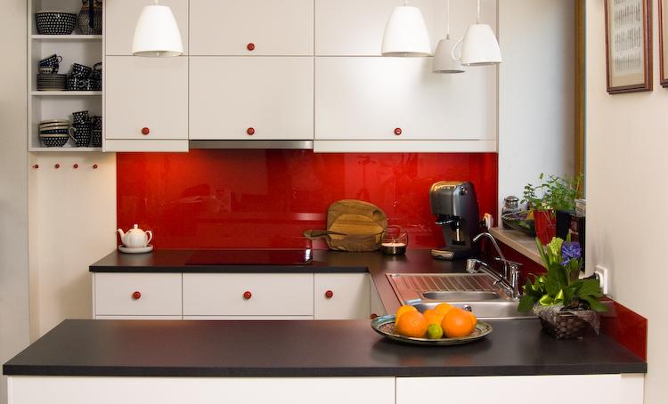 Gałki do mebli - biała kuchnia z czerwonymi dodatkami
