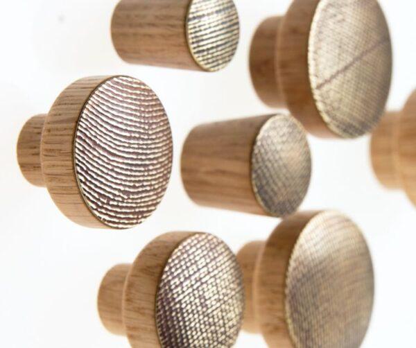 STAMP mosiężne i miedziane gałki do mebli na dębowej bazie - DOT Manufacture