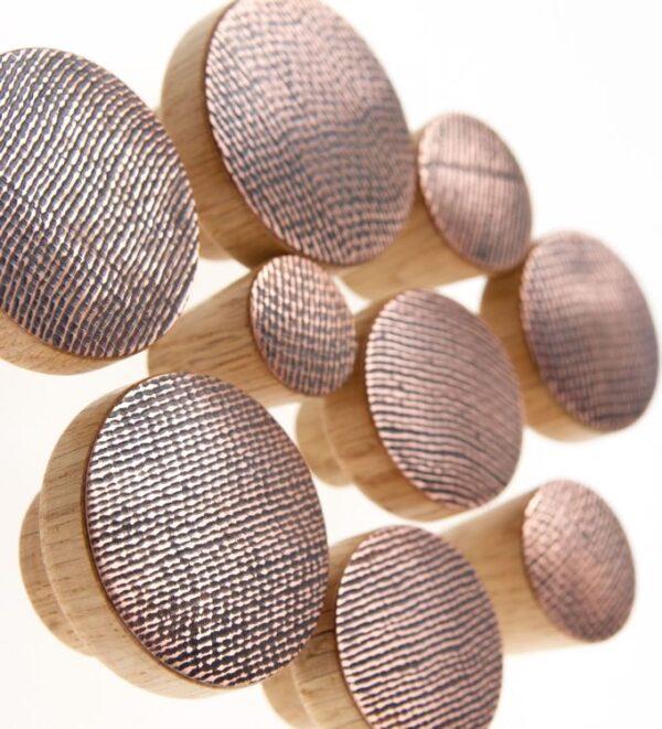 STAMP miedziane gałki do mebli na dębowej bazie - DOT Manufacture