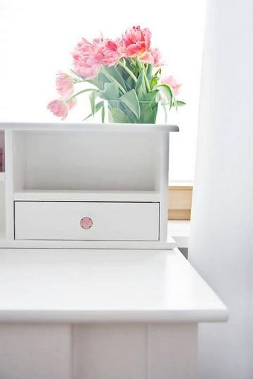 Różowe gałki na białym sekretarzyku