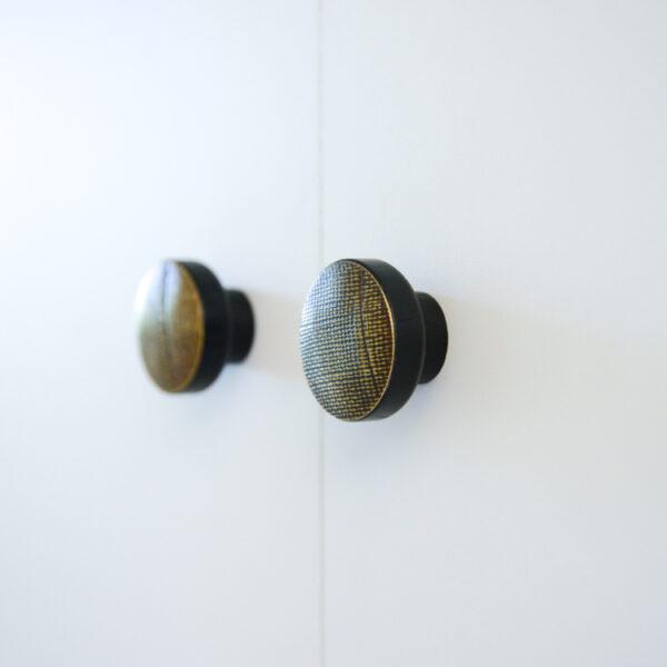 Gałki do mebli z mosieżnymi frontami - STAMP BLACK
